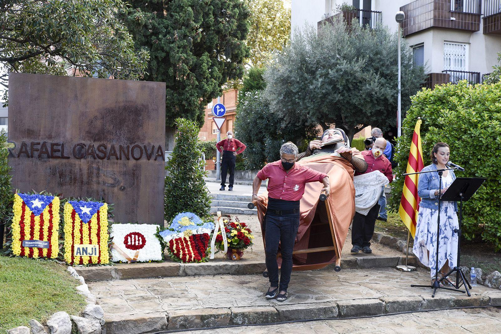 Ofrena floral dels Geganters de Sant Cugat al monument de Rafael Casanova. Foto: Bernat Millet.