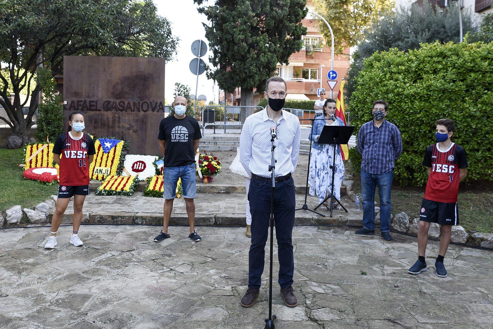 Ofrena floral de la Unió Esportiva Sant Cugat al monument de Rafael Casanova. Foto: Bernat Millet.