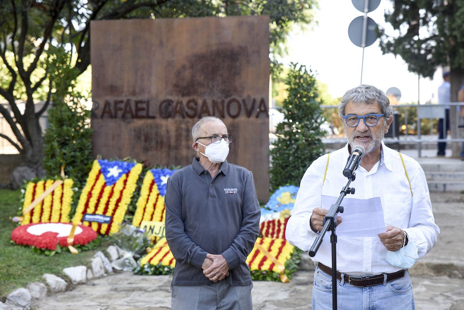 Ofrena floral del Ateneu al monument de Rafael Casanova. Foto: Bernat Millet.