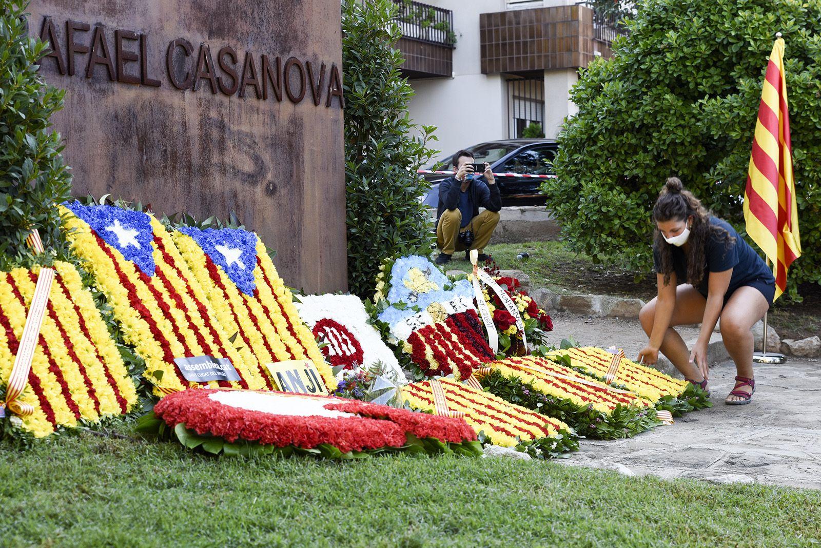 Ofrena floral del Club Rugby Sant Cugat al monument de Rafael Casanova. Foto: Bernat Millet.