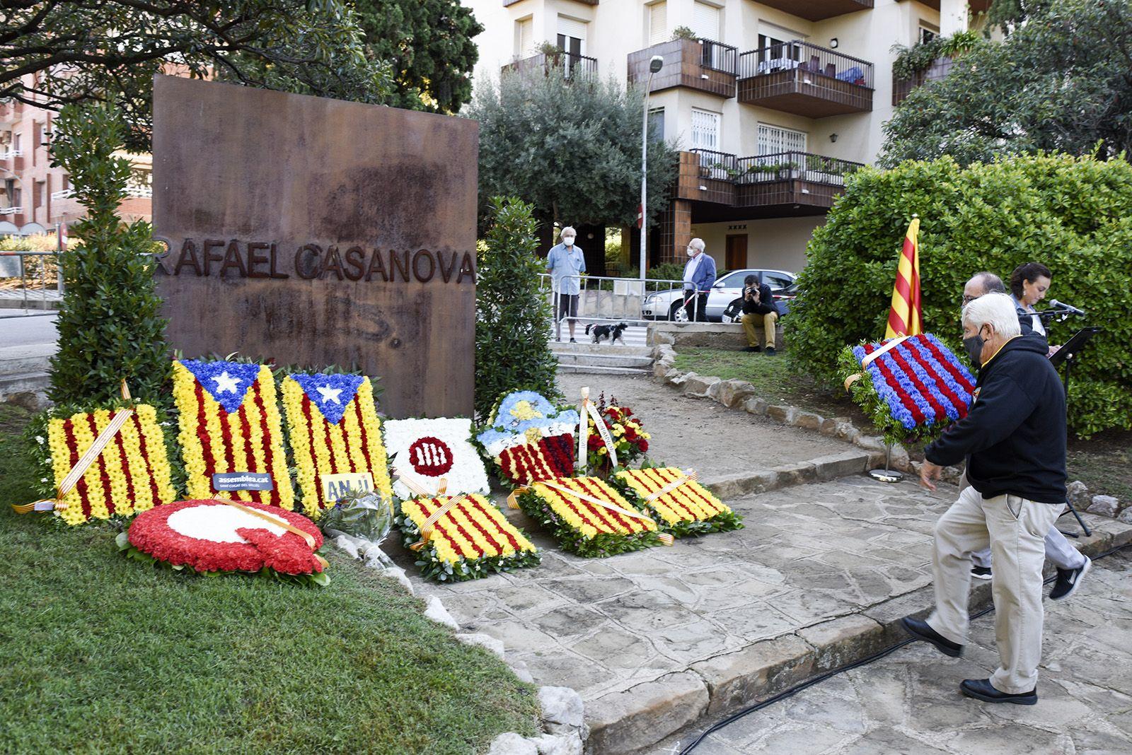 Ofrena floral de la Penya Blaugrana Sant Cugat al monument de Rafael Casanova. Foto: Bernat Millet.