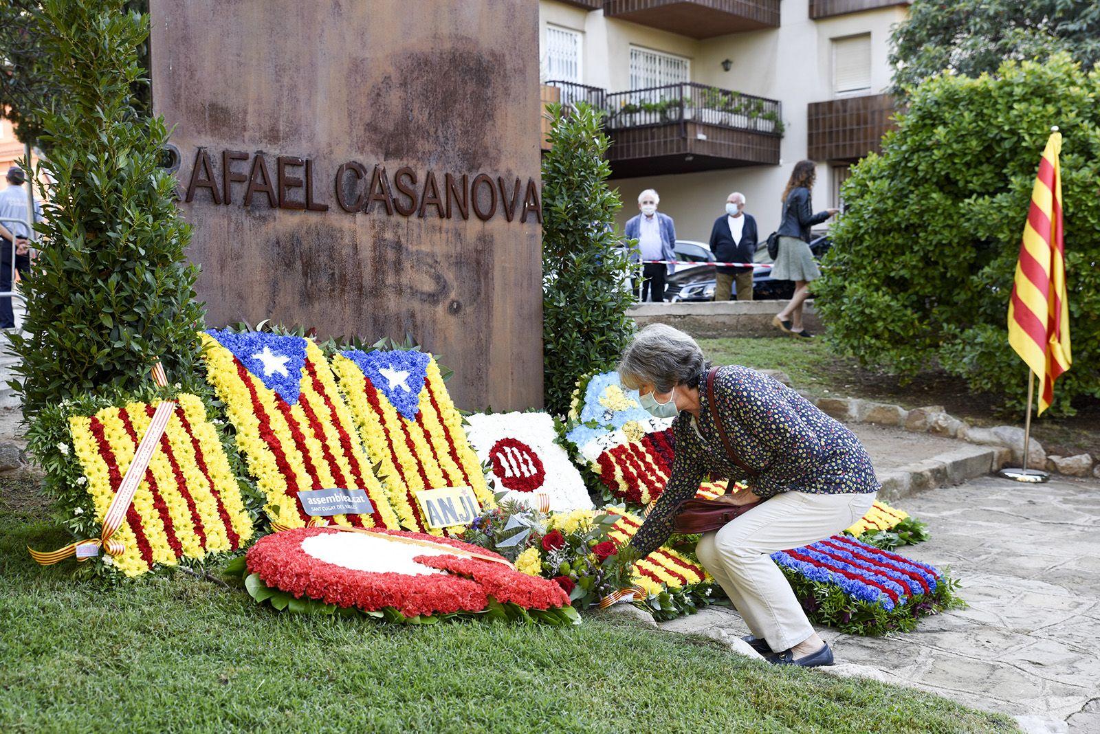 Ofrena floral de Sant Cugat en Comú al monument de Rafael Casanova. Foto: Bernat Millet.