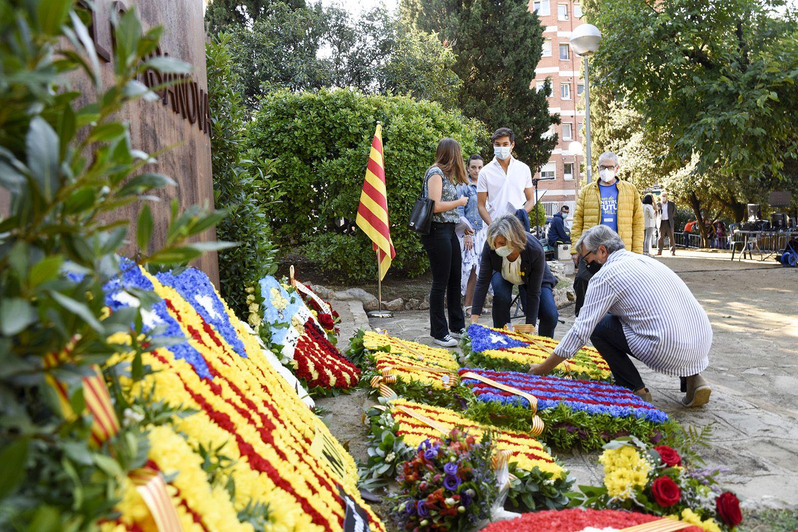 Ofrena floral de Junts x Sant Cugat al monument de Rafael Casanova. Foto: Bernat Millet.