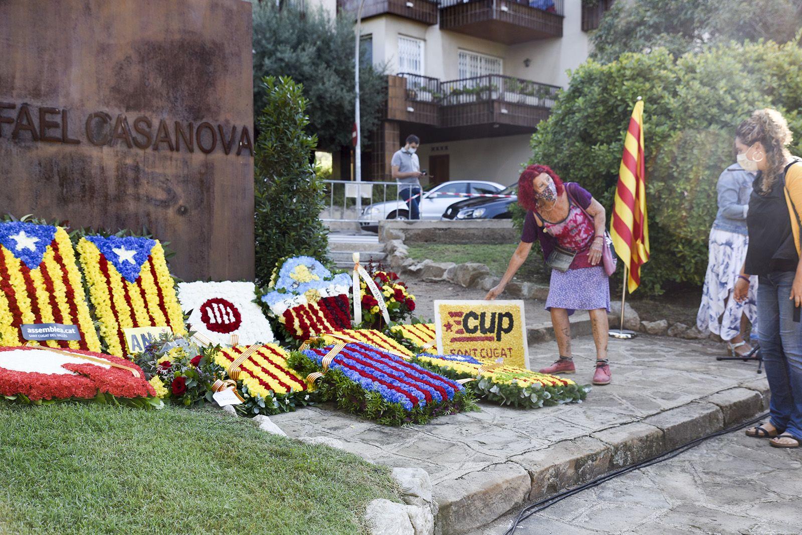 Ofrena floral de la Cup al monument de Rafael Casanova. Foto: Bernat Millet.