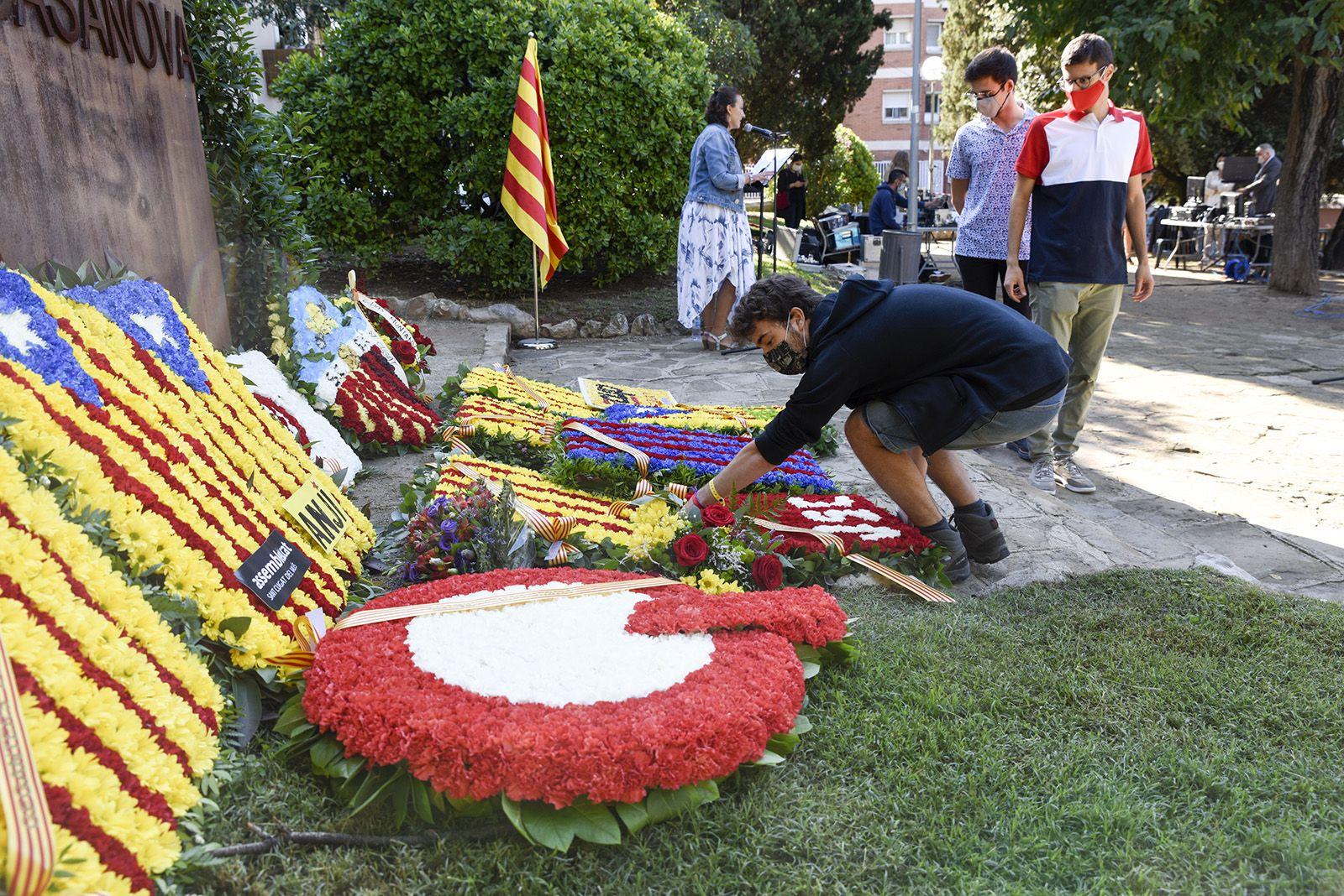 Ofrena floral de les Joventuts Socialistes al monument de Rafael Casanova. Foto: Bernat Millet.