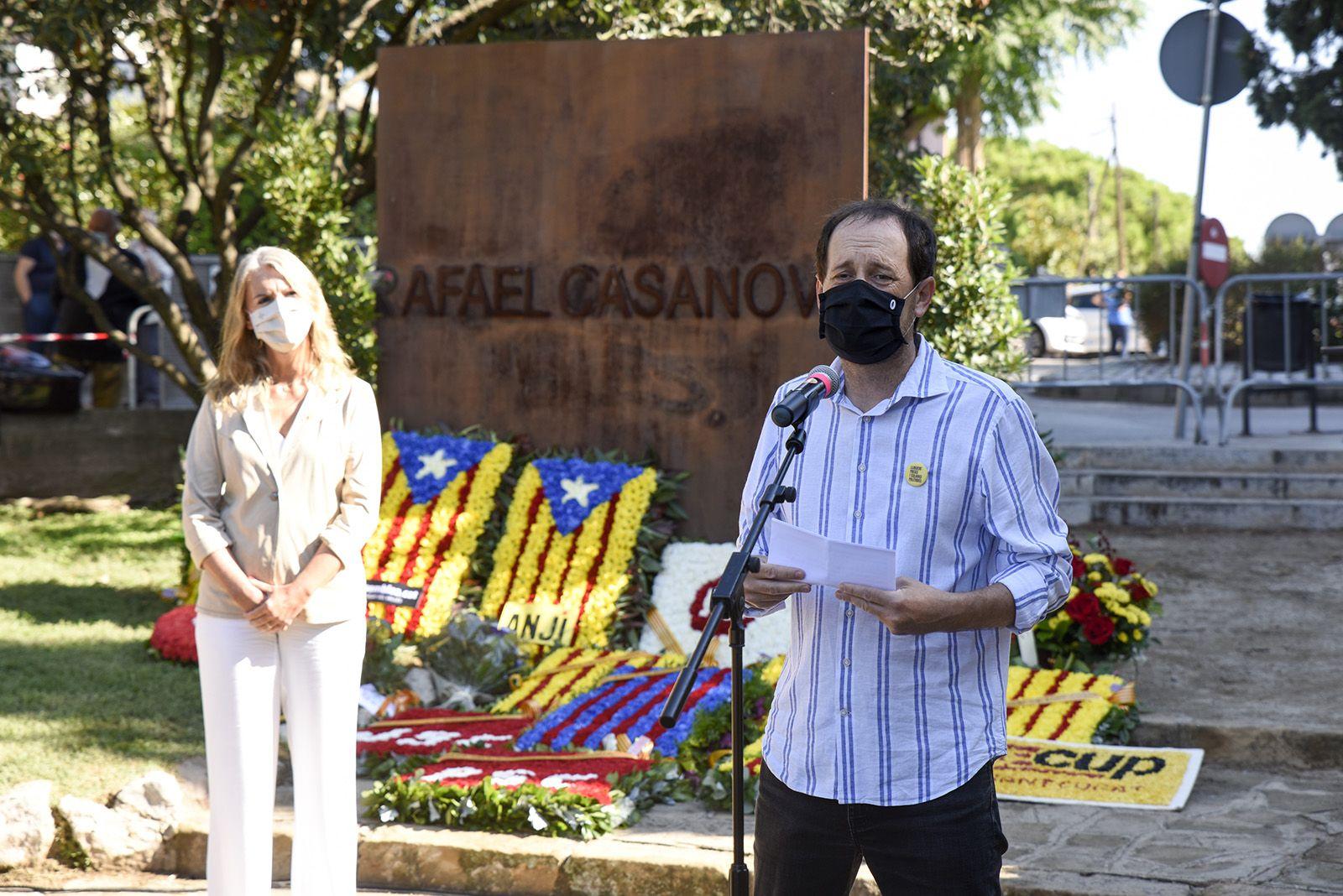 Ofrena floral d'ERC-MES i Joventuts d'Esquerra al monument de Rafael Casanova. Foto: Bernat Millet.