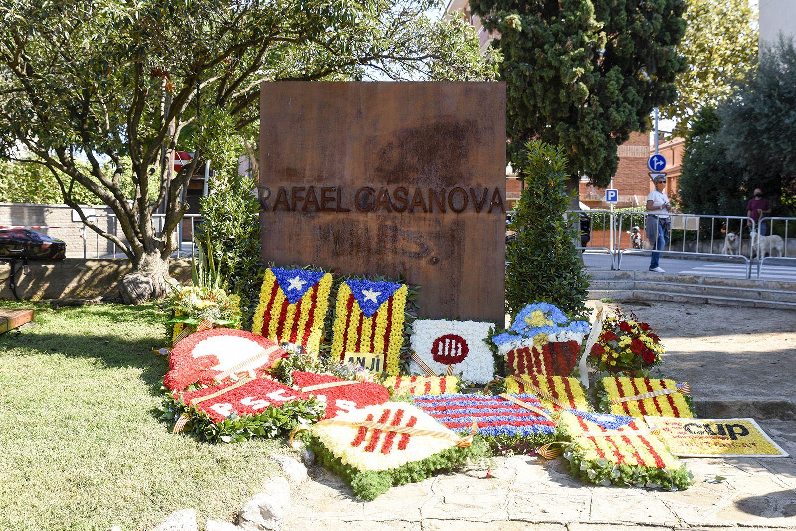 Les ofrenes florals al monument de Rafael Casanova. Foto: Bernat Millet.