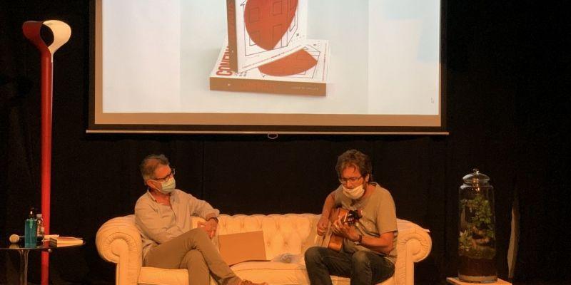 Oriol Saltor interpreta una peça musical en la presentació. FOTO: Ramon Grau