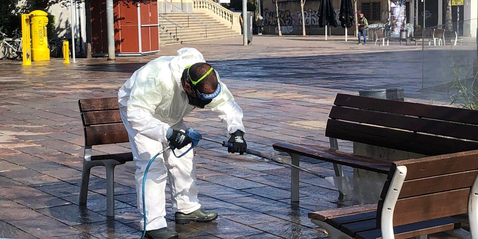 Desinfecció dels carrers de Sant Cugat en el primer tram de la pandèmia. FOTO: Bernat Millet