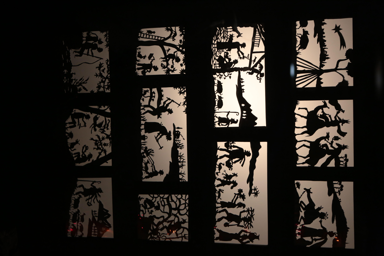 Pessebre amb ombres al carrer de Sant Jordi, a l'estudi de Neus Colet. FOTO: Artur Ribera