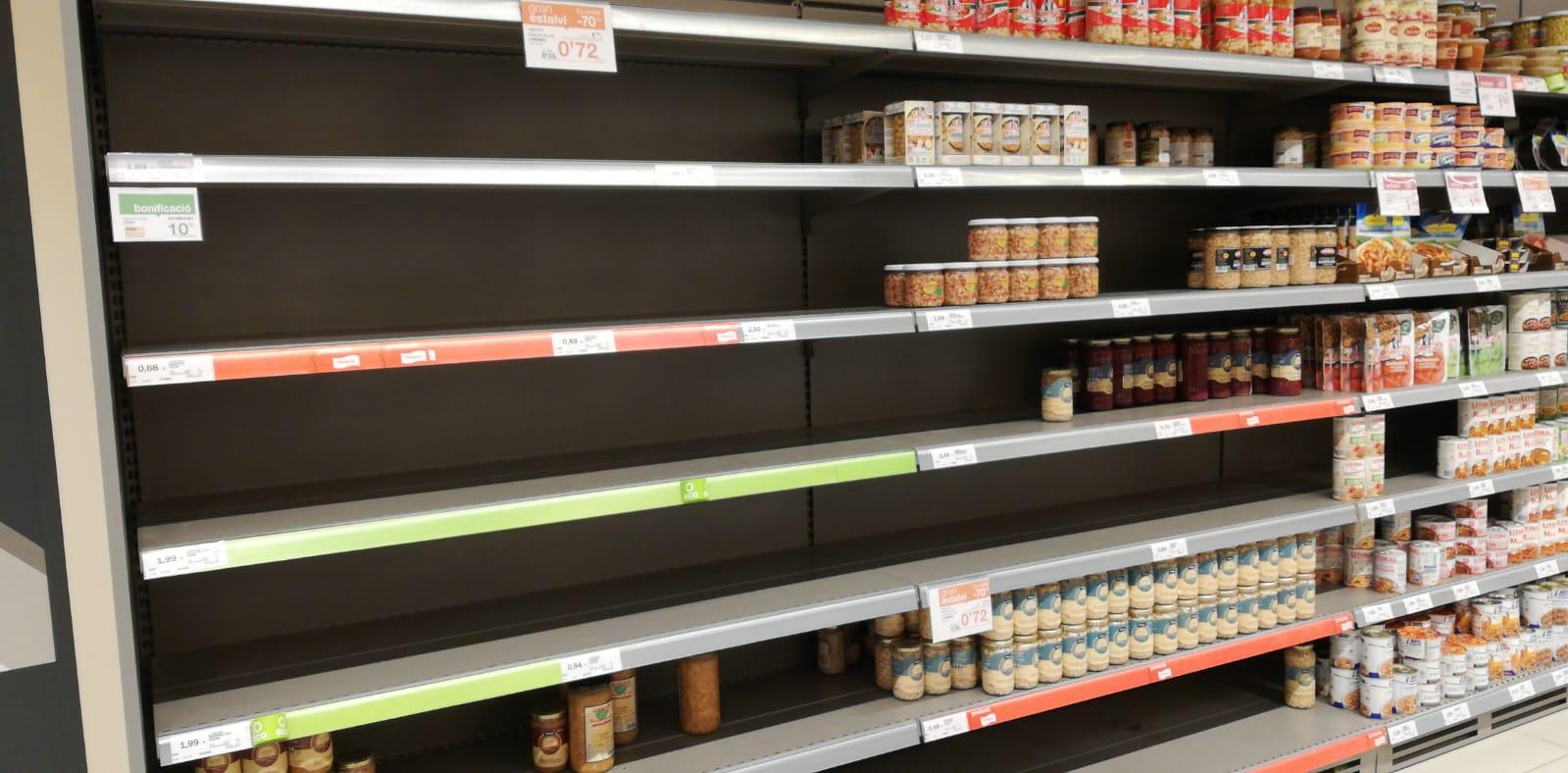 Abans del confinament, molts prestatges de supermercats eren buits. FOTO: Arxiu