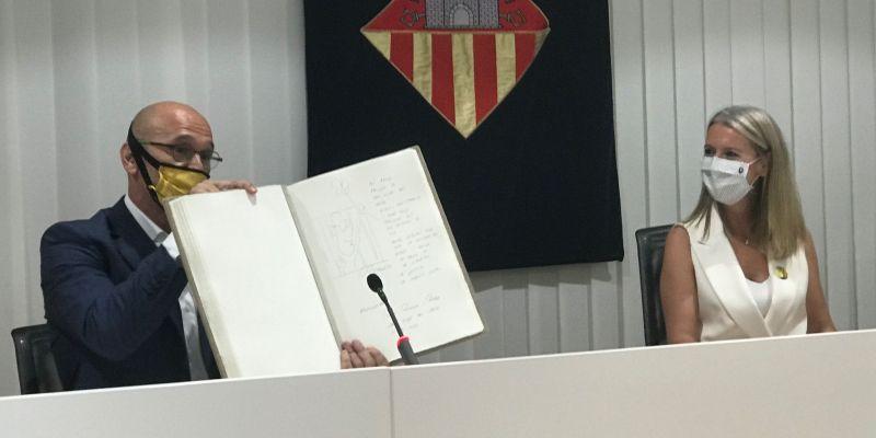 El pres polític santcugatenc, Raül Romeva, visitava la ciutat i signava el llibre d'honor
