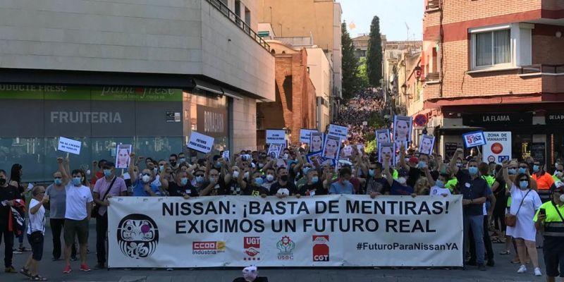 Centenars de persones protestaven a Sant Cugat contra el tancament de Nissan