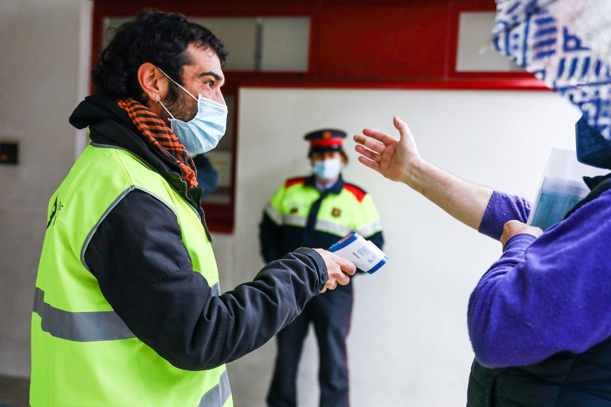 Presa de temperatura al Casal de Les Planes per votar a les eleccions al Parlament de Catalunya. FOTO: Lali Puig