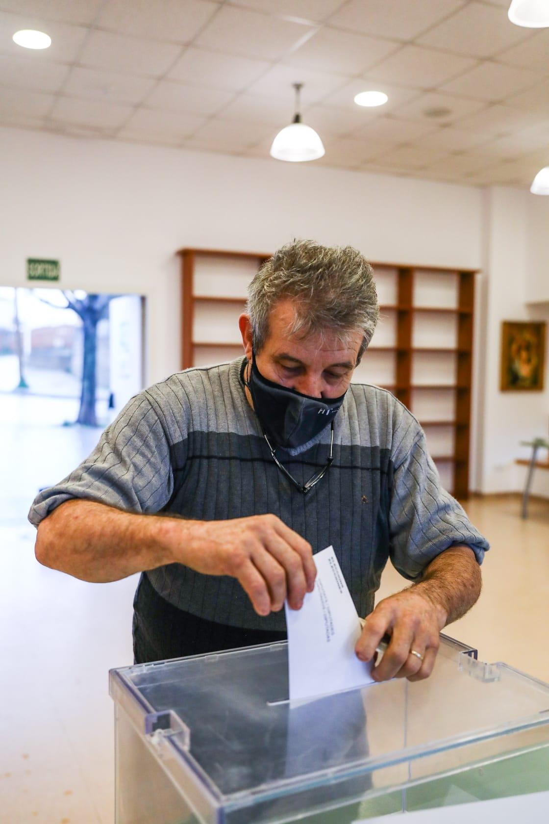 Els primers votants als col·legis electorals de Sant Cugat (Casal de Les Planes). FOTO: Lali Puig