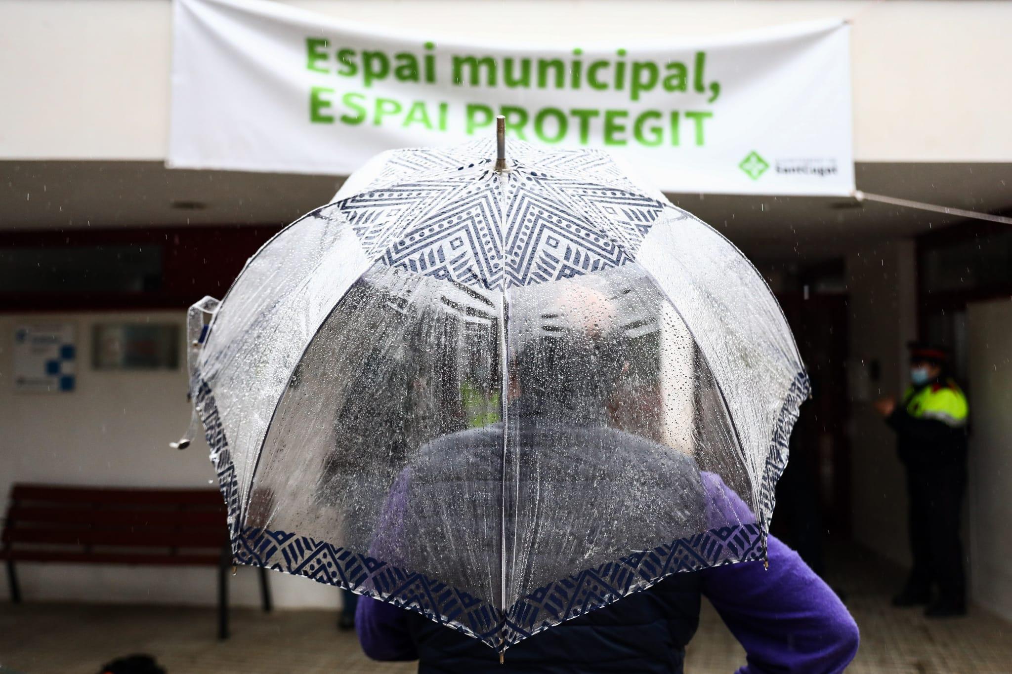 Cues per a votar a les eleccions al Parlament de Catalunya al Casal de Les Planes. FOTO: Lali Puig