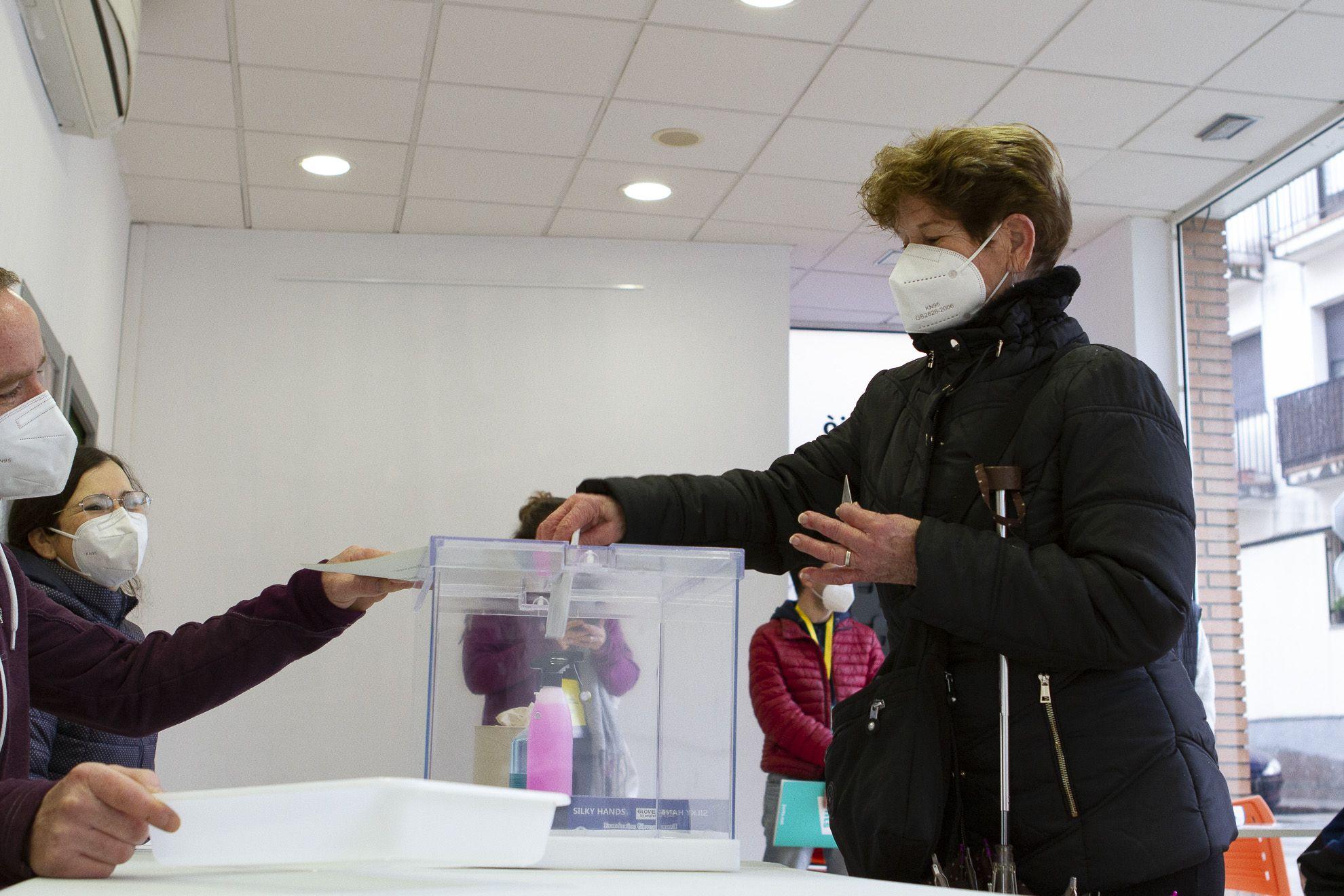 Els primers votants als col·legis electorals de Sant Cugat (Museu del Còmic). FOTO: Estefania Bedmar