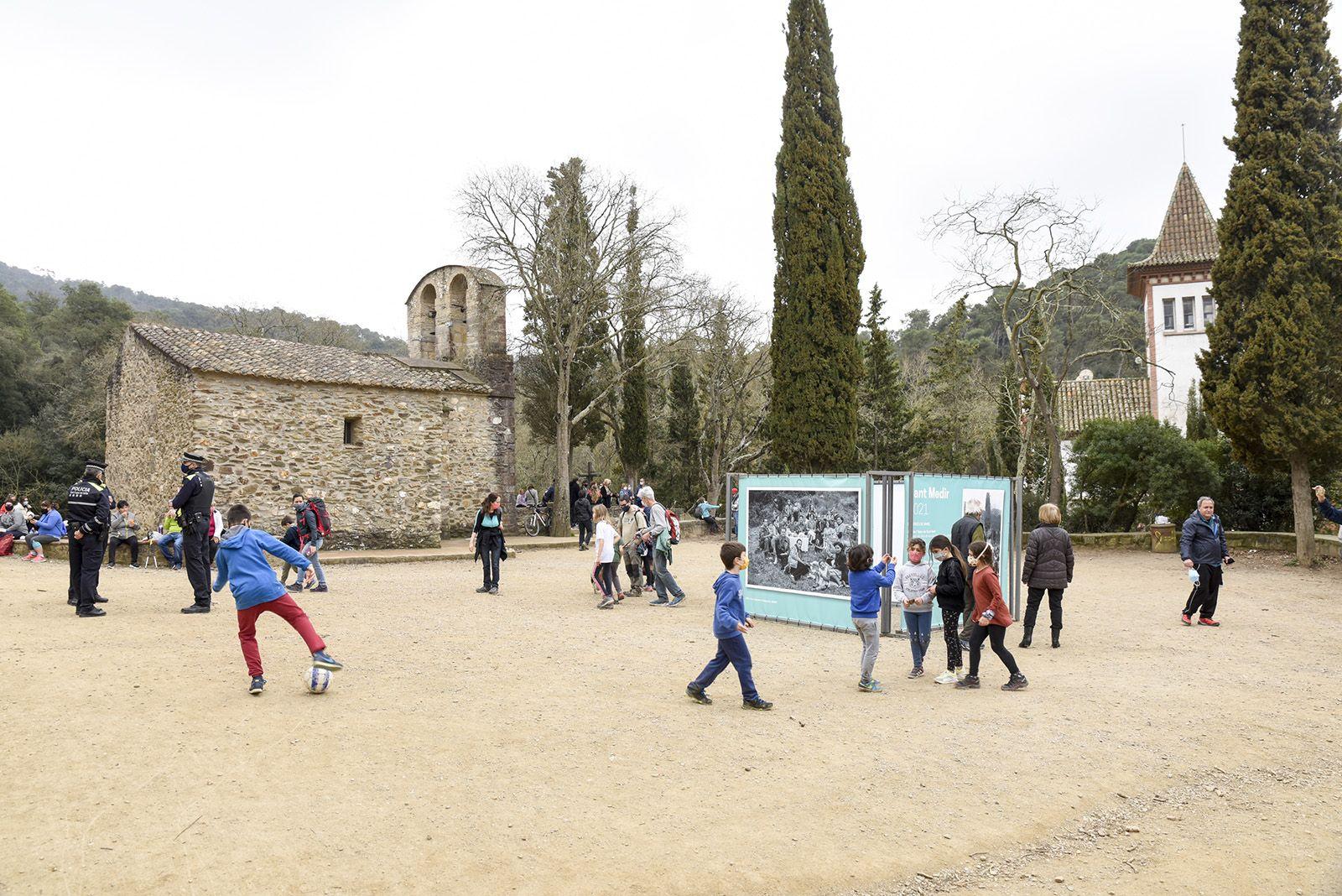 Alguns santcugatencs han pujat fins a Sant Medir. Foto: Bernat Millet.