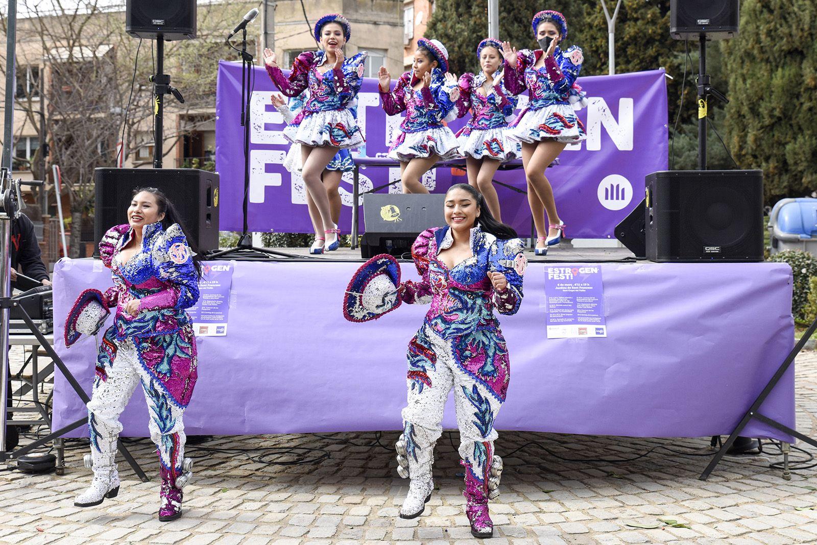 """Actuació de dansa a càrrec de l'associació folklòrica i cultural de Bolívia Caporales """"La Fraternidad"""". ESTROGENFEST. Foto: Bernat Millet."""