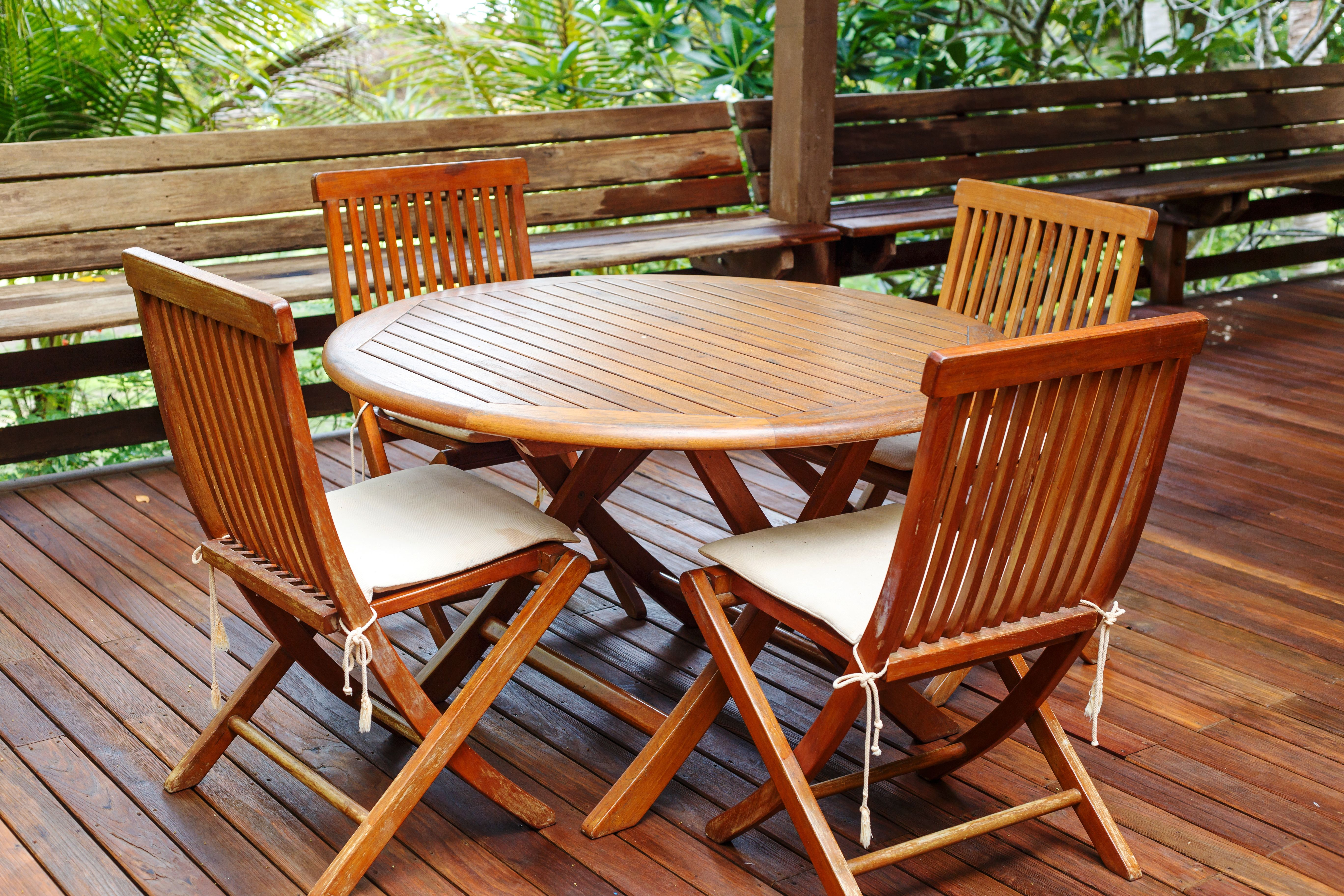 Una taula i unes cadires protegides amb Lasur Xanol d'Isaval FOTO: Cedida