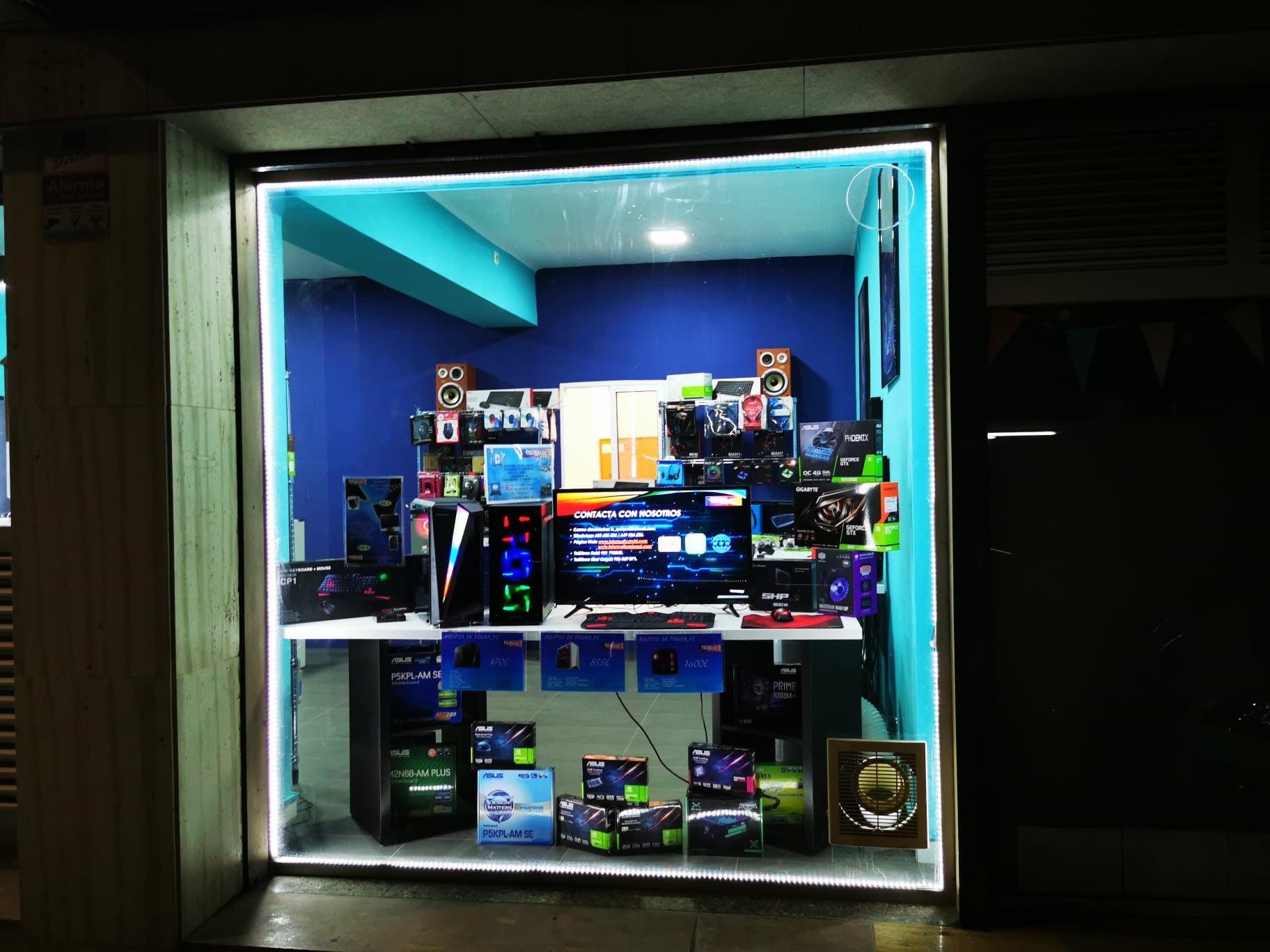 Aparador de la botiga informàtica POWER PC. FOTO: Cedida