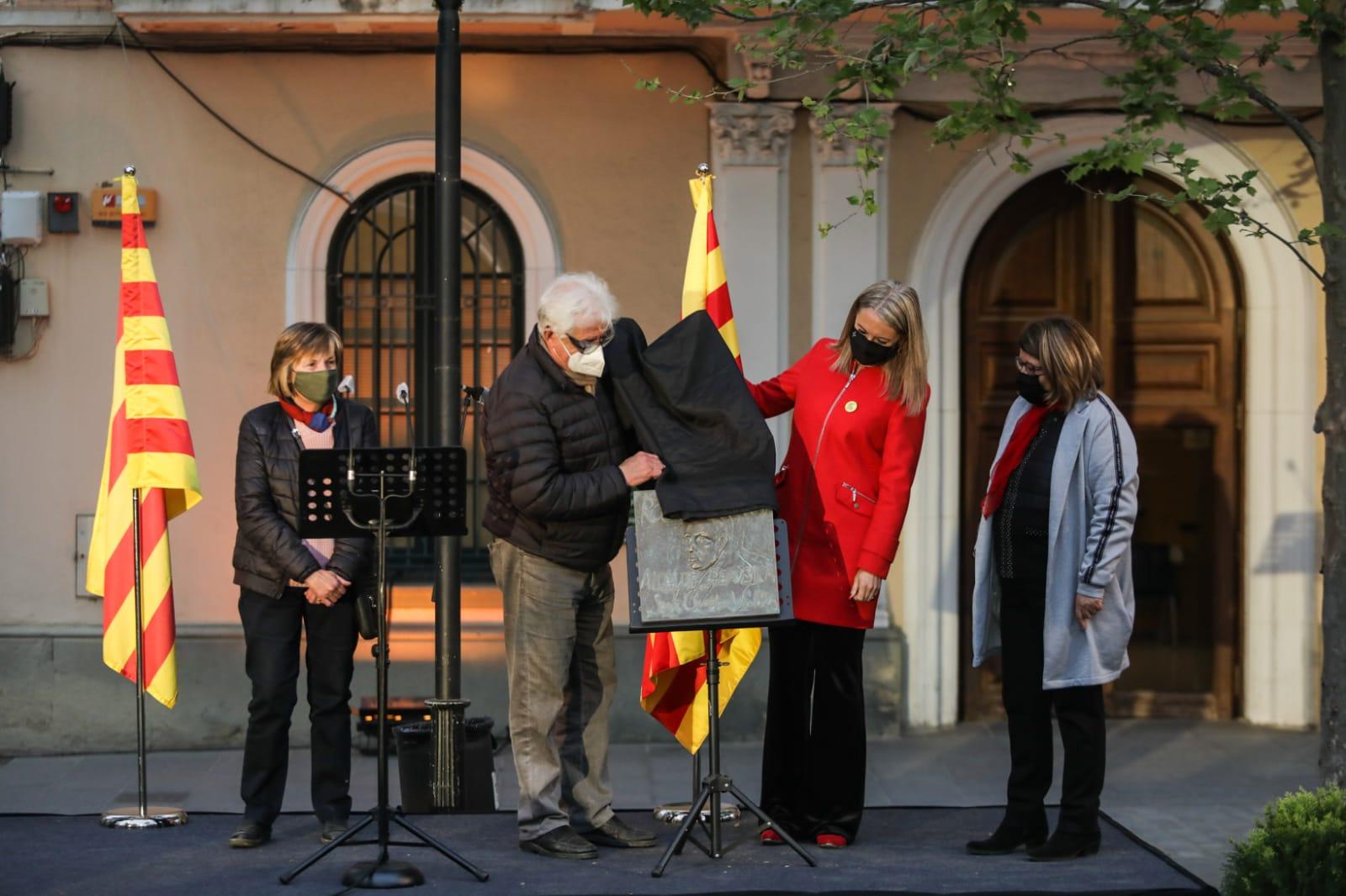 L'alcaldessa i la família Codó descobreixen una placa en record a l'alcalde Roc Codó. FOTO: Lali Puig