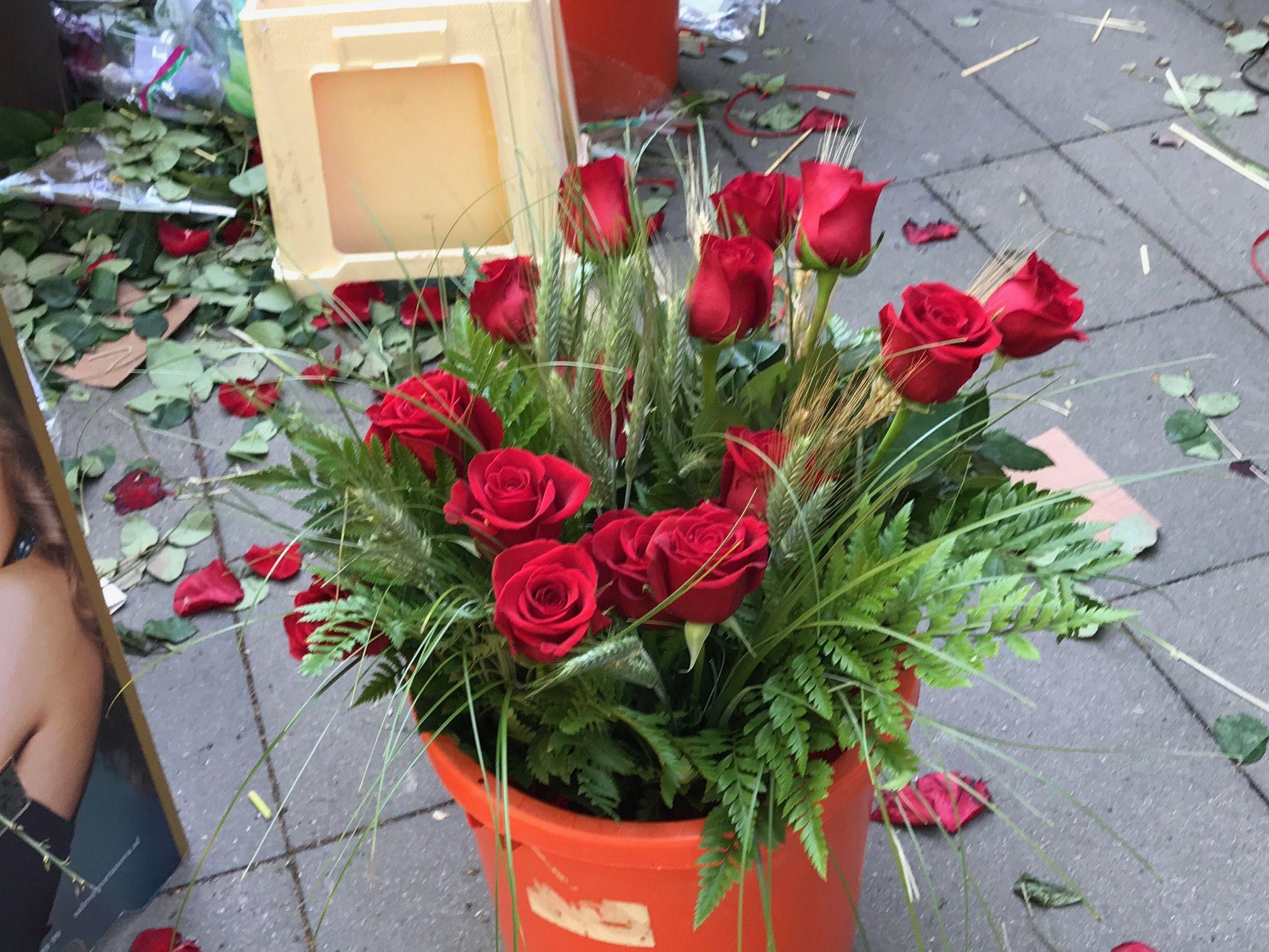 Les paradetes de llibreries i floristeries, protagonistes de la diada de Sant Jordi. FOTO: Nielo Ballart