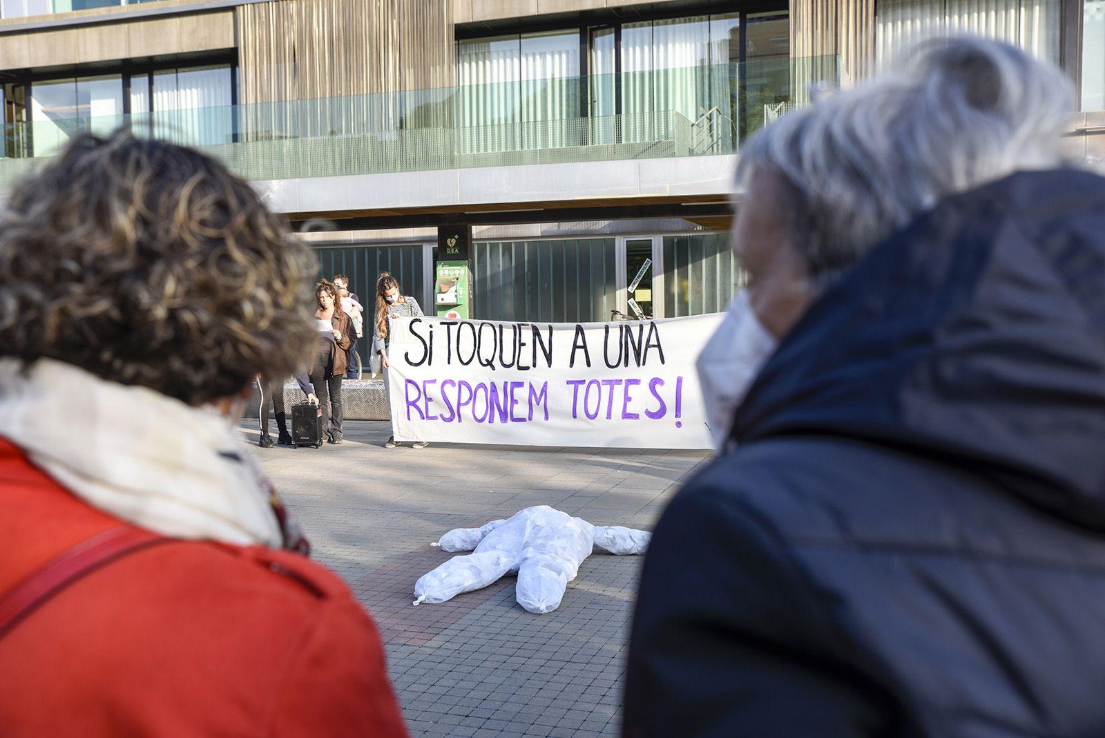 Concentració feminista denuncia l'abús sexual a una menor. Fotos Bernat Millet 5