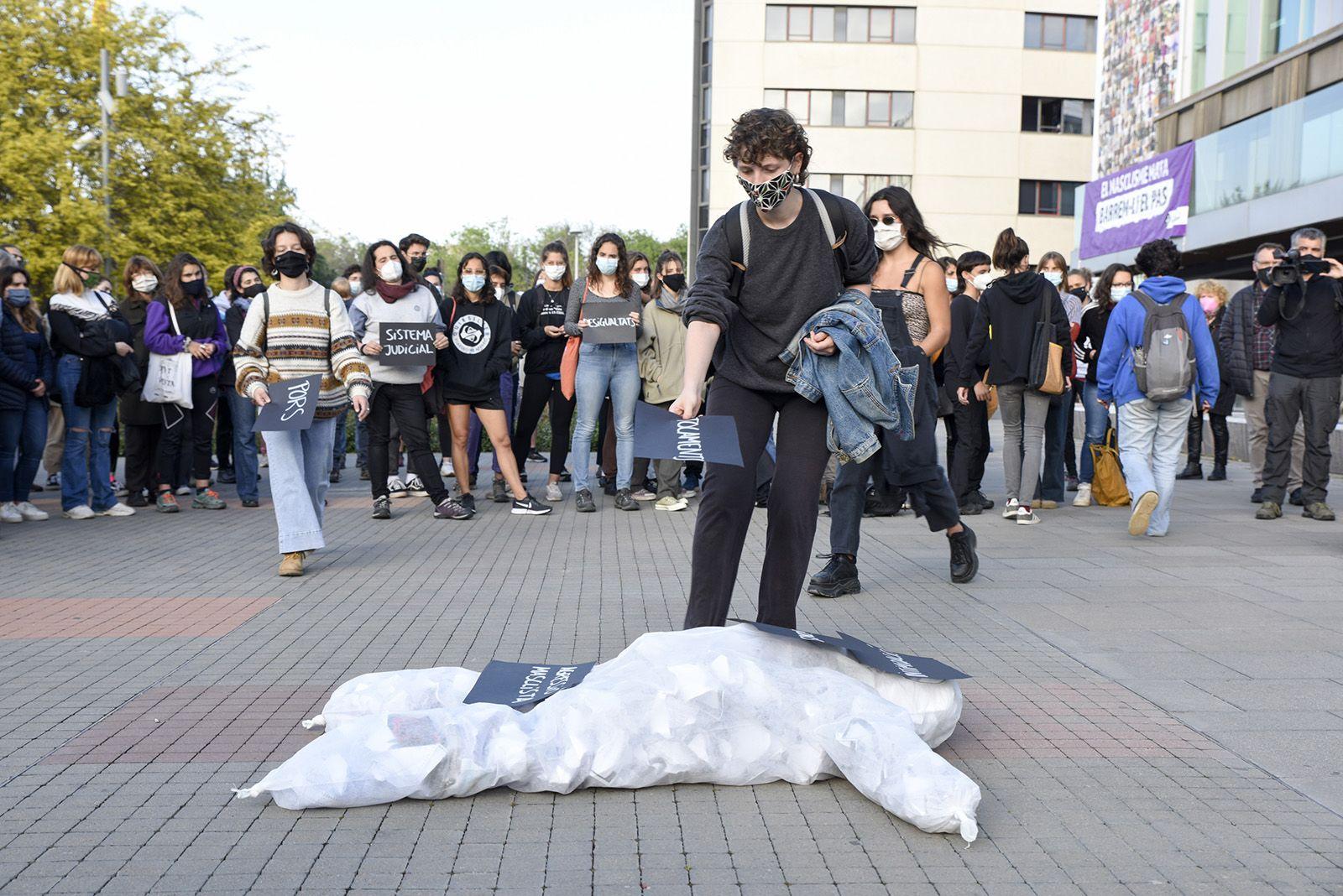 Concentració feminista denuncia l'abús sexual a una menor. Fotos Bernat Millet 11
