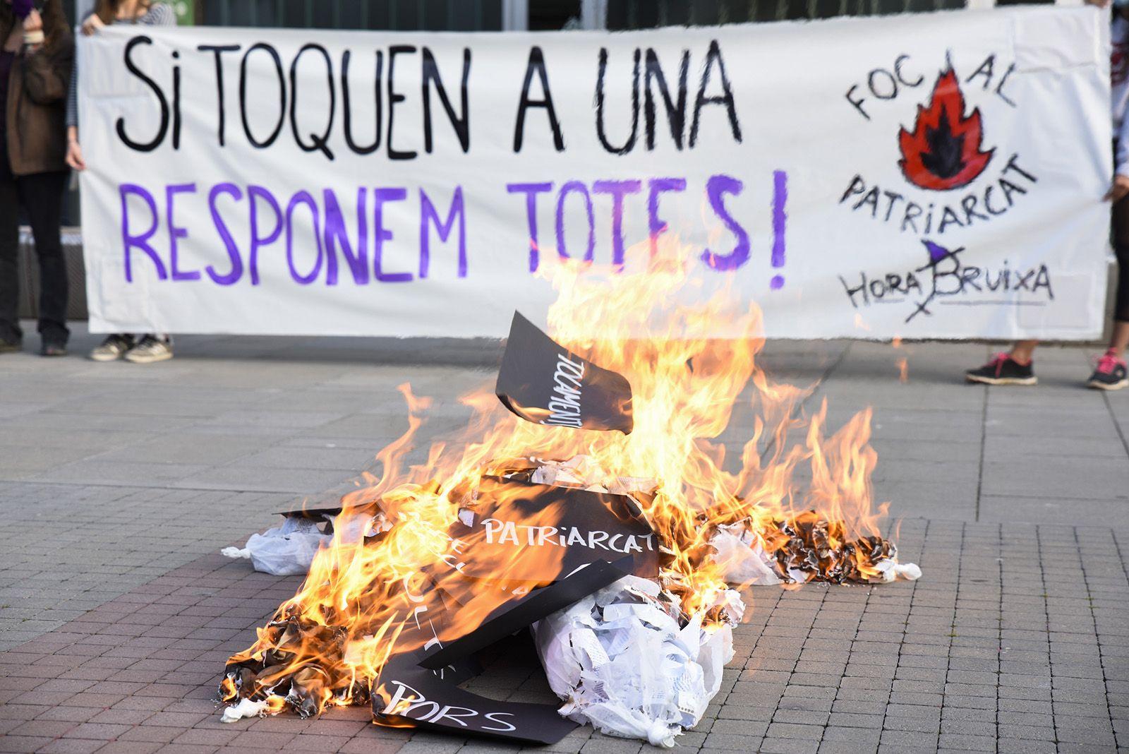 Concentració feminista denuncia l'abús sexual a una menor. Fotos Bernat Millet 16