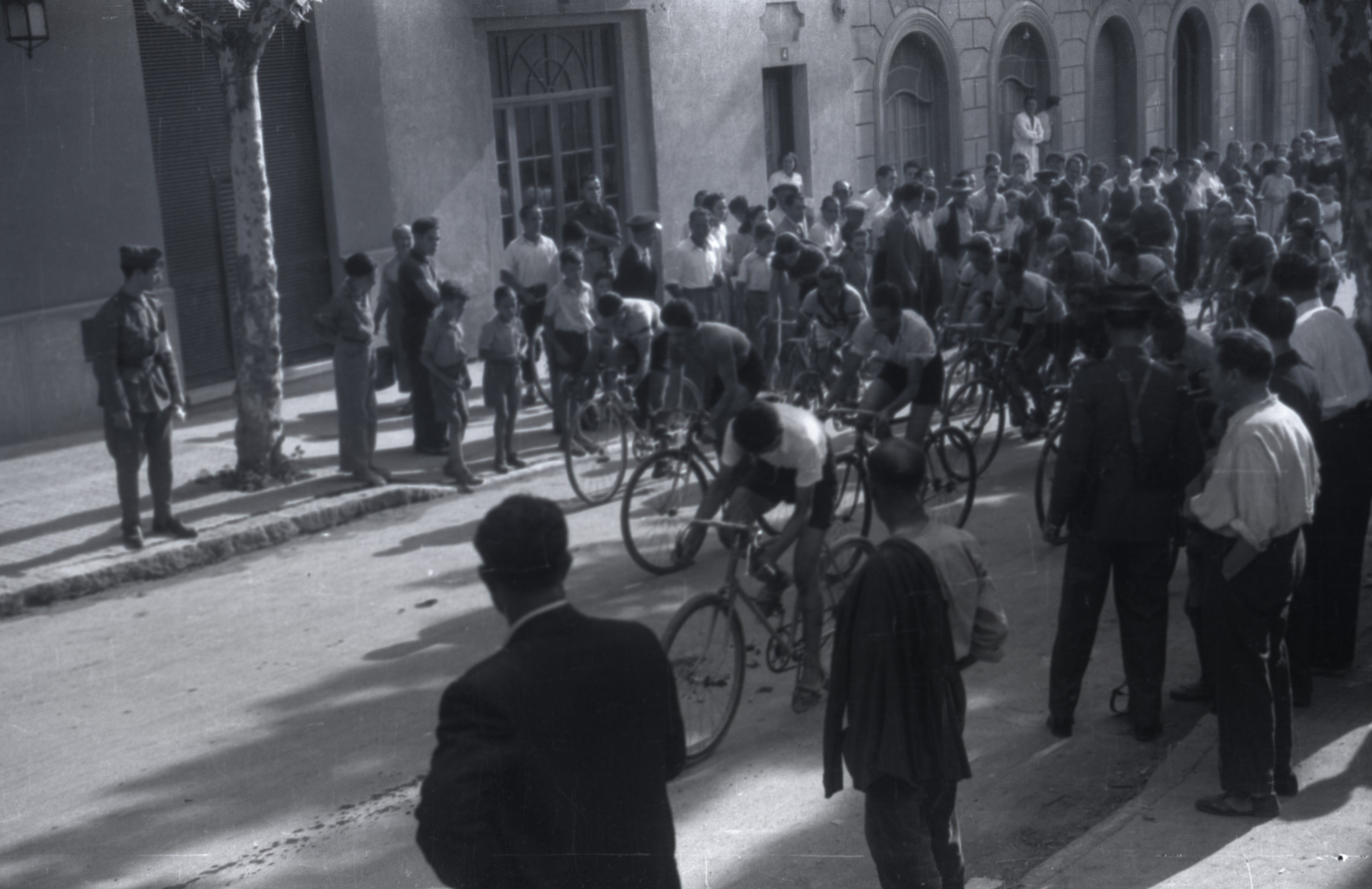 Cursa ciclista pels carrers de Sant Cugat en la festa del 1943. FOTO: Fons Cabanas / AMSCV