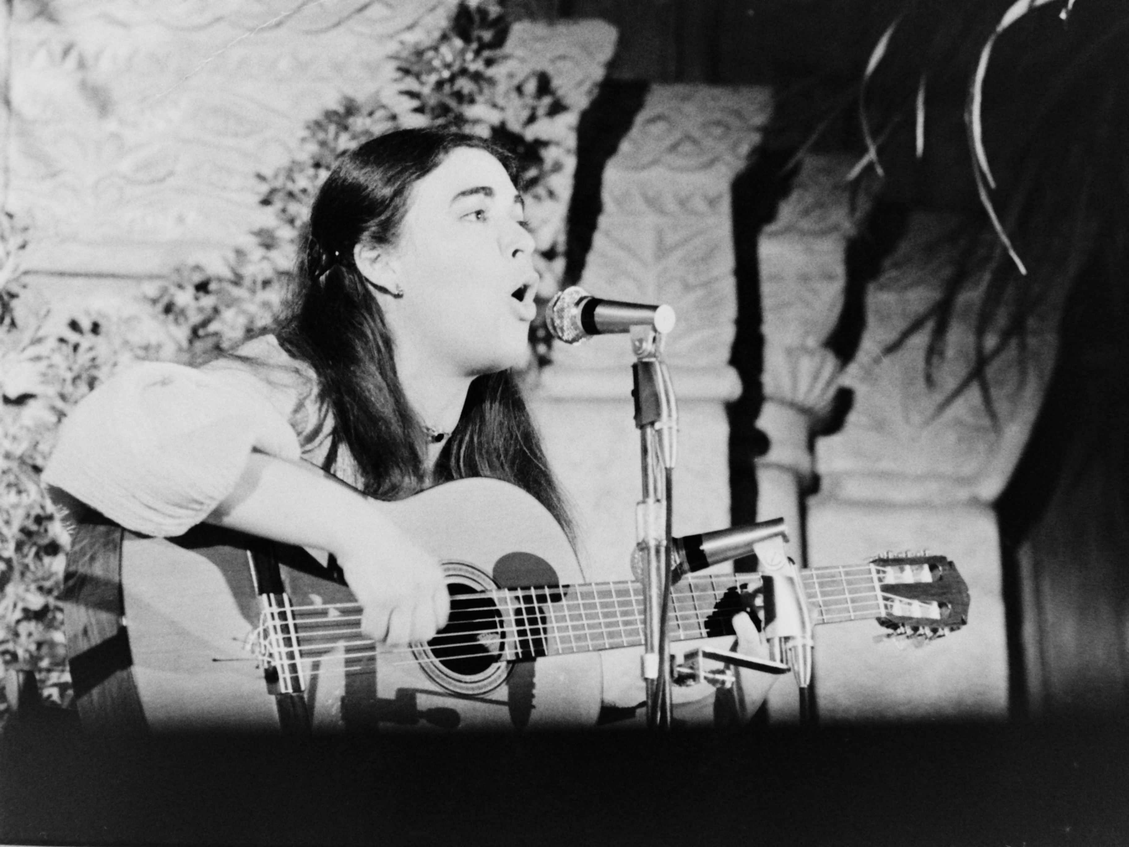 Concert de Maria del Mar Bonet al Claustre del Monestir, en la Festa Major del 1977. FOTO: Fons Cabanas / AMSCV