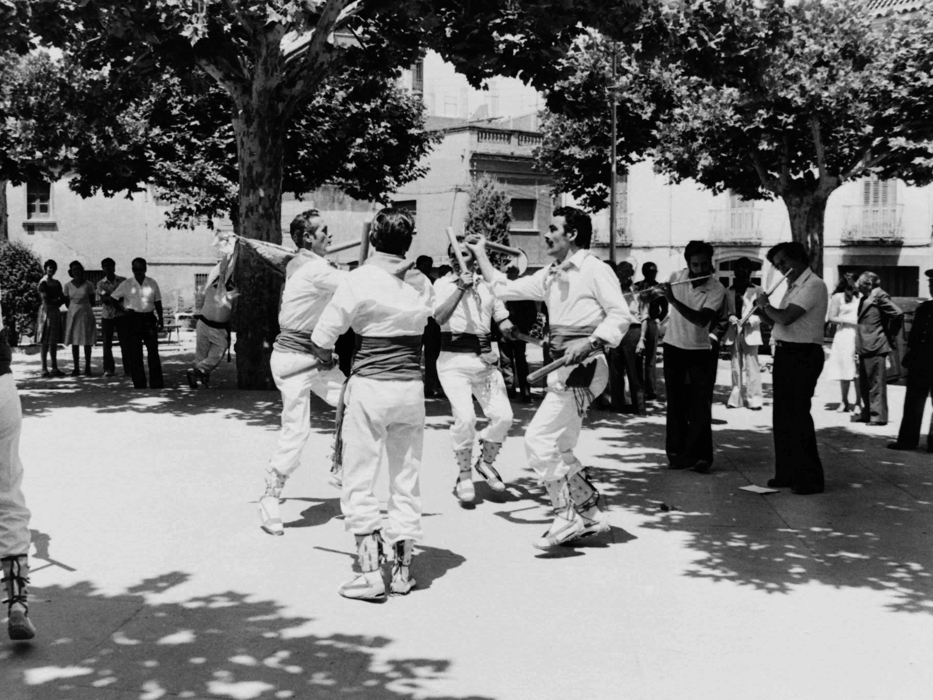 Bastoners a la plaça de Barcelona, en la Festa Major del 1977. FOTO: Fons Cabanas / AMSCV