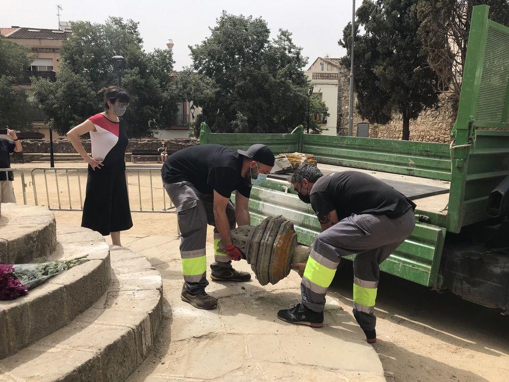 La brigada municipal va endur-se els trossos per poder restaurar la creu de terme. FOTO: Nielo Ballart