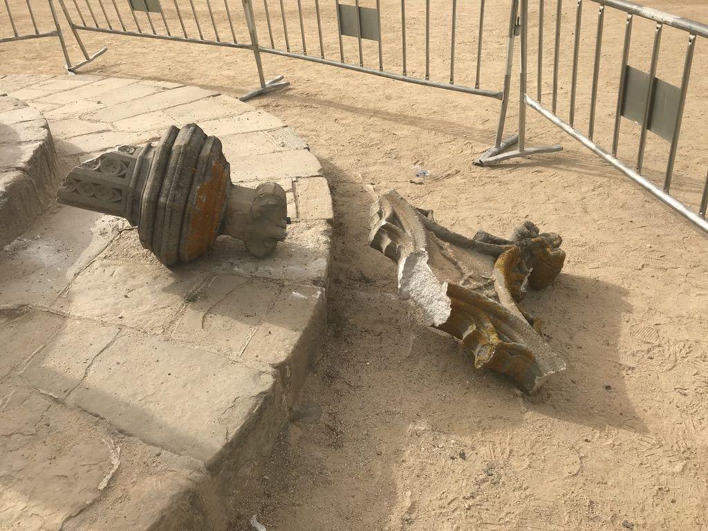 La creu de terme del Camí dels Monjos del Monestir va aparèixer trencada. FOTO: Nielo Ballart
