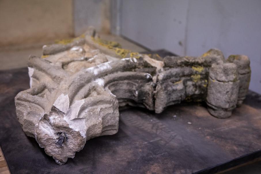 Els trossos trencats de la creu de terme es troben en el Museu del Monestir, a l'espera de poder restaurar-los. FOTO: Ajuntament de Sant Cugat