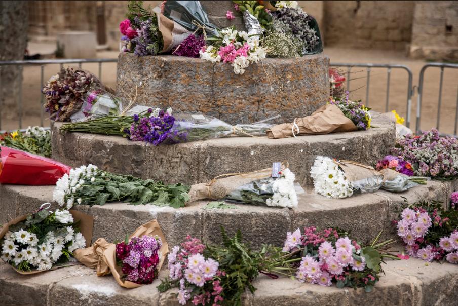 La ciutadania es va acostar a la creu a deixar flors. FOTO: Ajuntament Sant Cugat