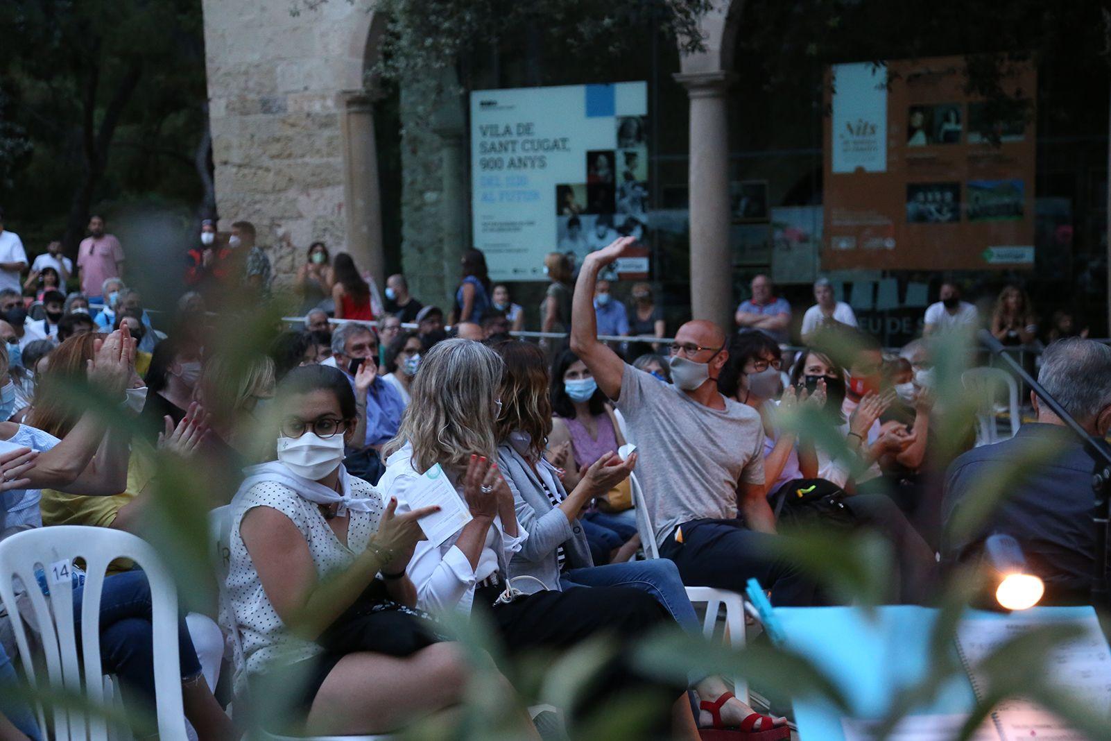 Aplaudiment del públic a Raúl Romeva. Foto: Anna Bassa