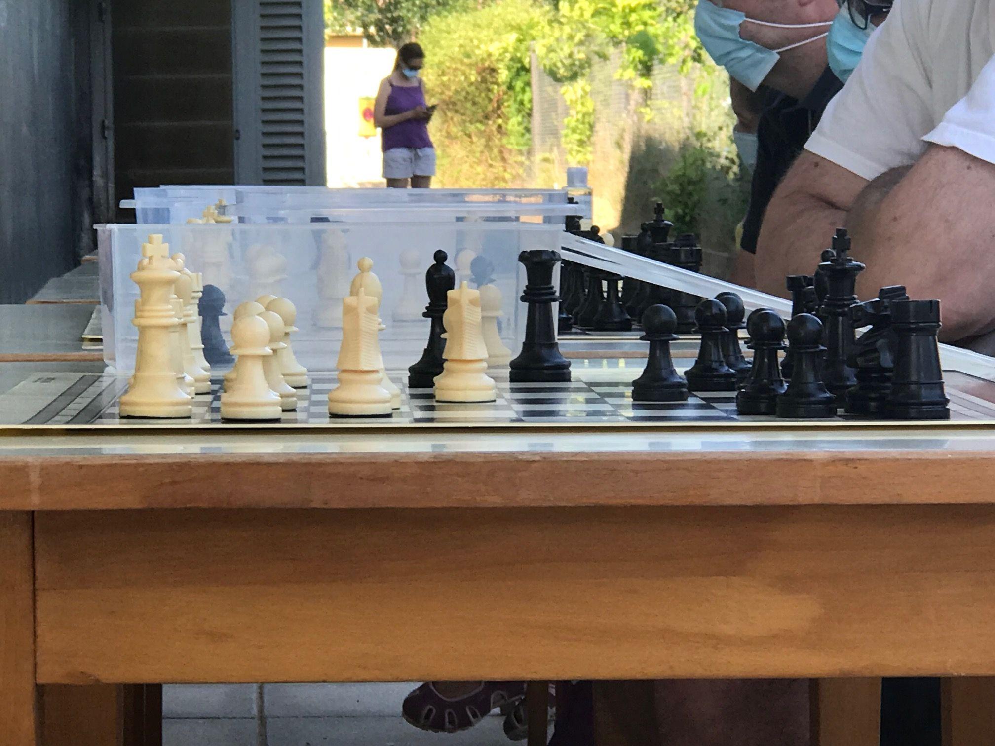 Partides simultànies d'escacs. FOTO: Nielo Ballart