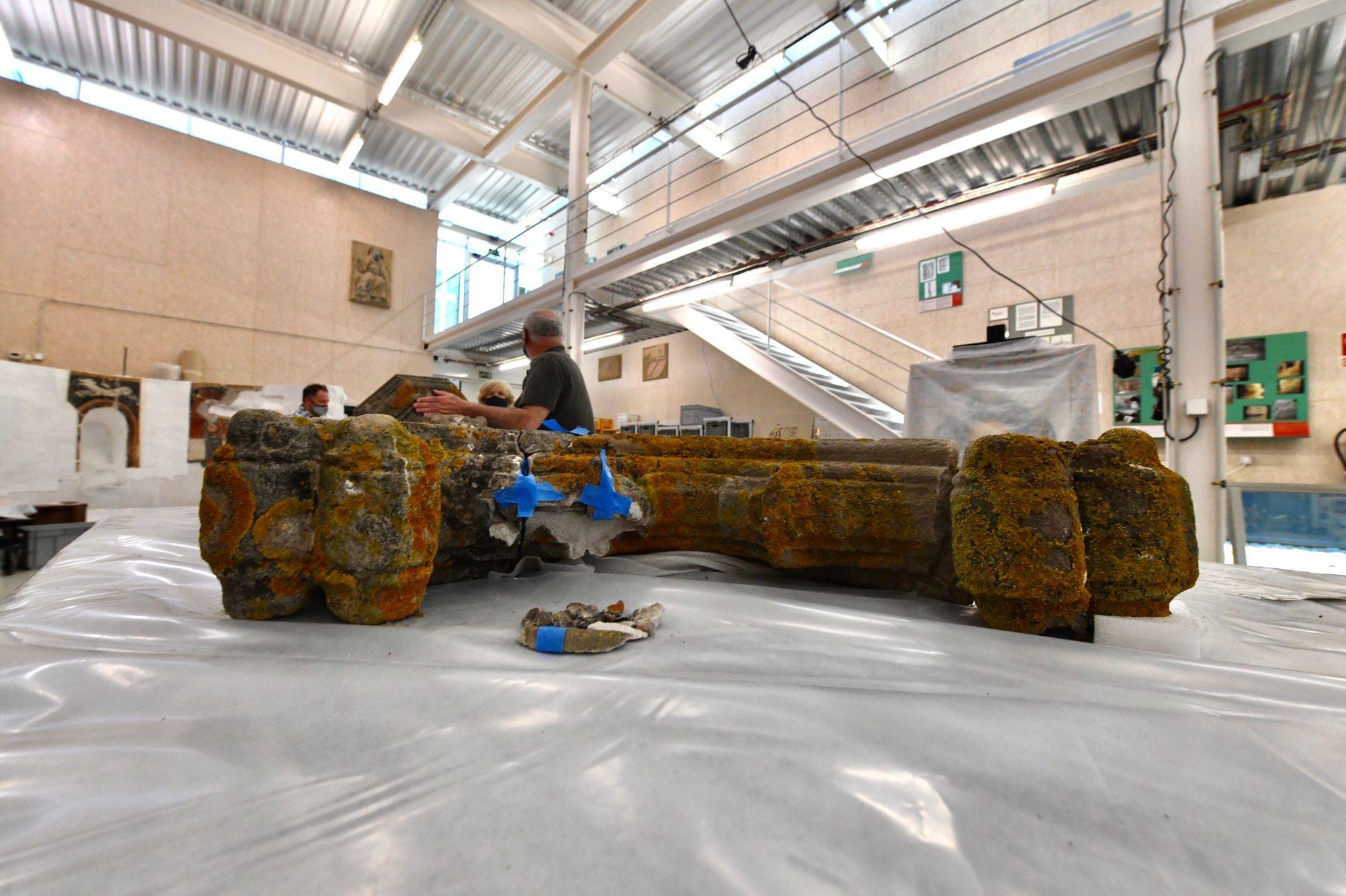 Primers passos en la restauració de la Creu de Terme del Monestir. FOTO: Jordi Garcia