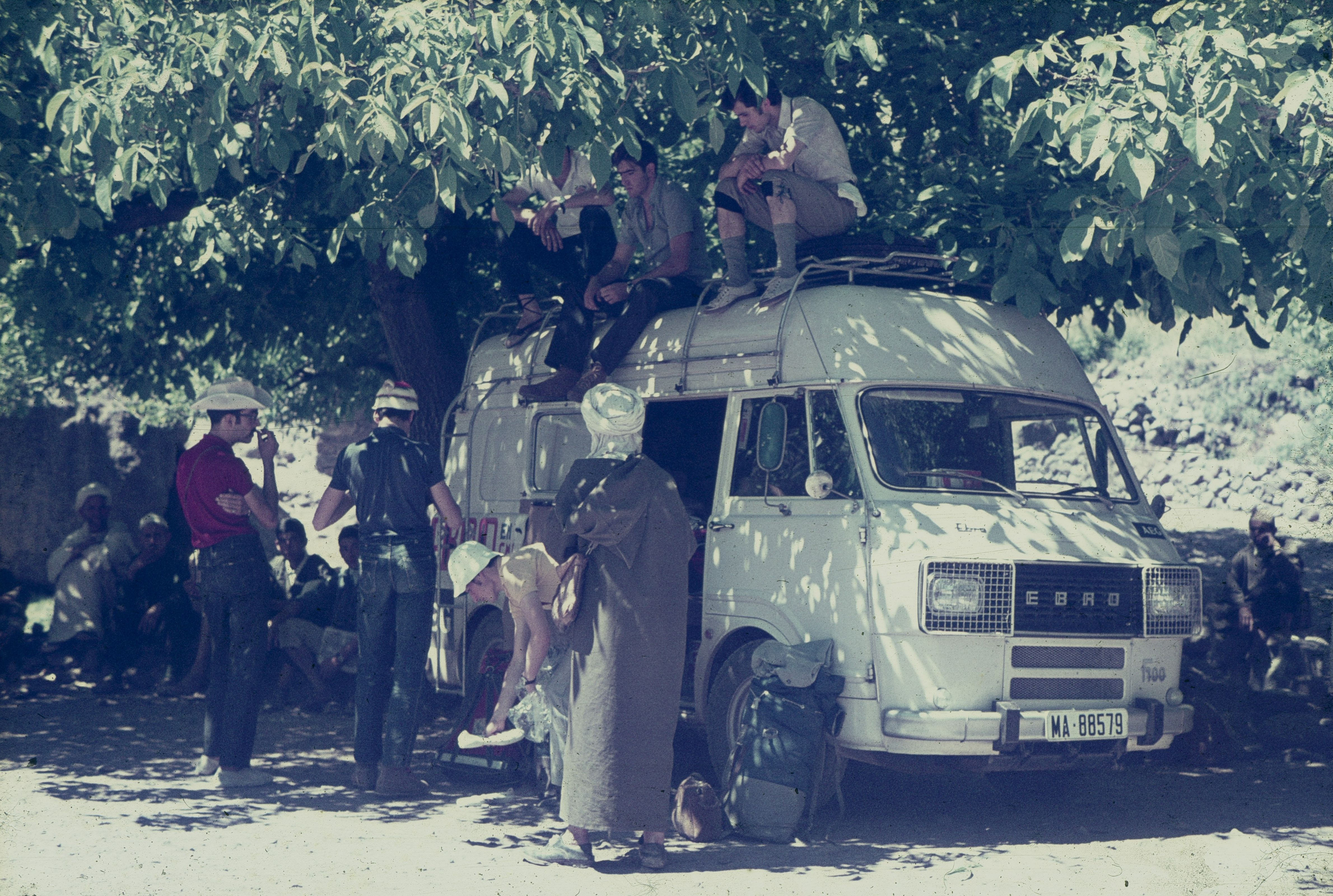 Aparcament a Imlil negociant per les mules que els portarien al refugi Neltner