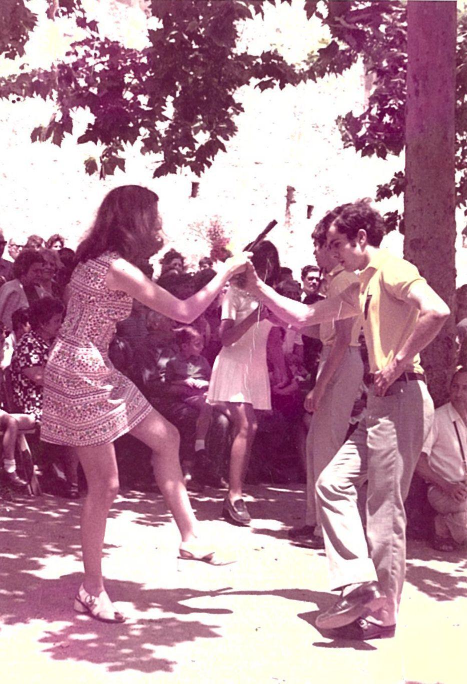 Josep Pros i Neus Torres ballant al Paga-li Joan amb el polo groc amb l'escut de l'expedició