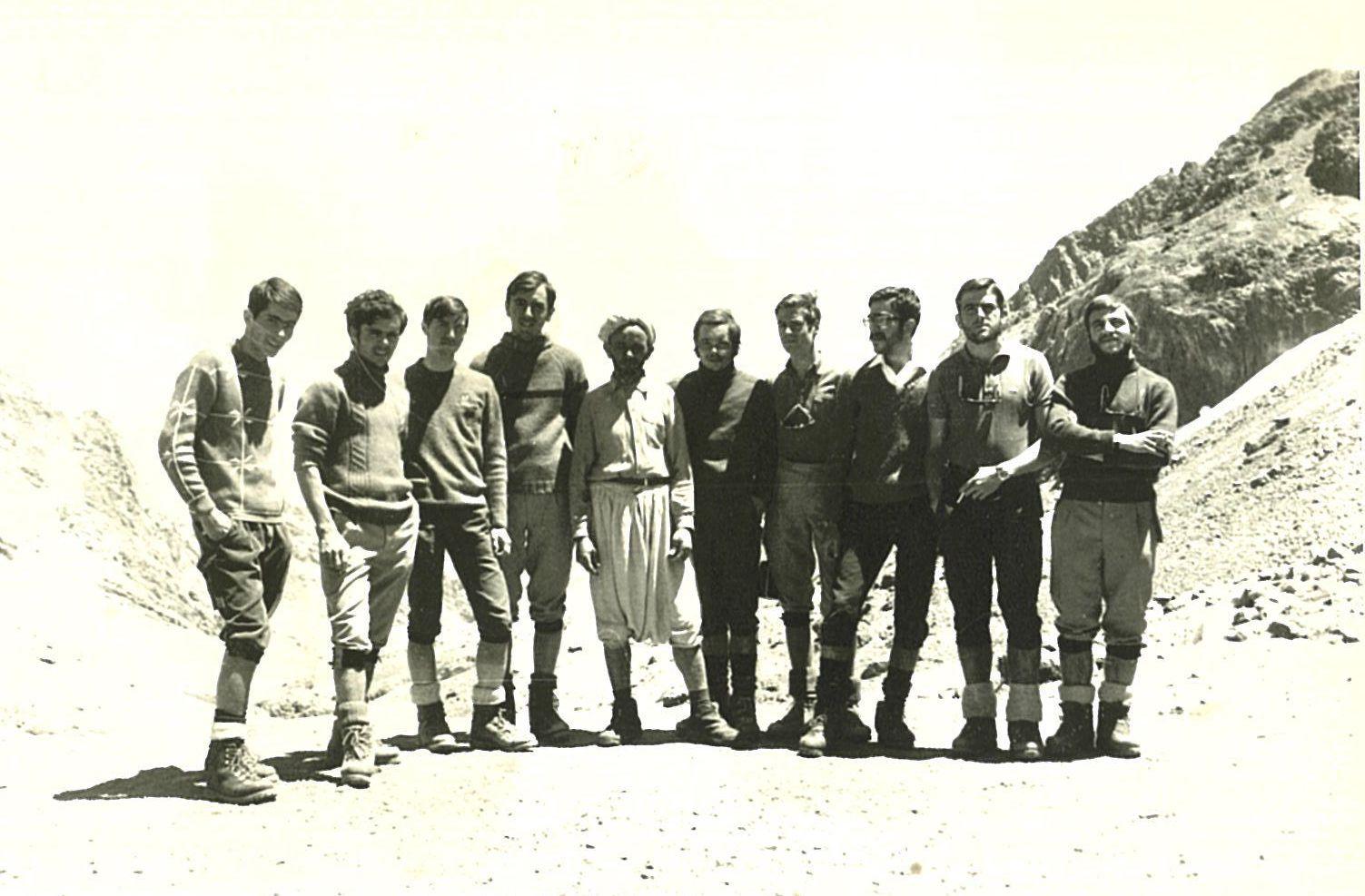 Foto de grup de l'expedició. D'esquerra a dreta: Josep Maria Navarro, Josep Pros, Ramon Durà, Francesc Campmany, el guarda del refugi Neltner, Ramon Pros, Joan Bas, Pere Pérez Parra, Jordi Farrés i Miquel Pros.
