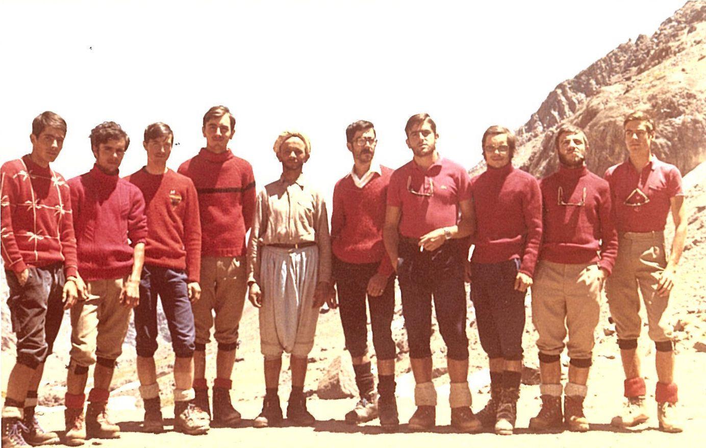 Foto de grup de l'expedició amb el guarda del refugi Neltner, Lashang