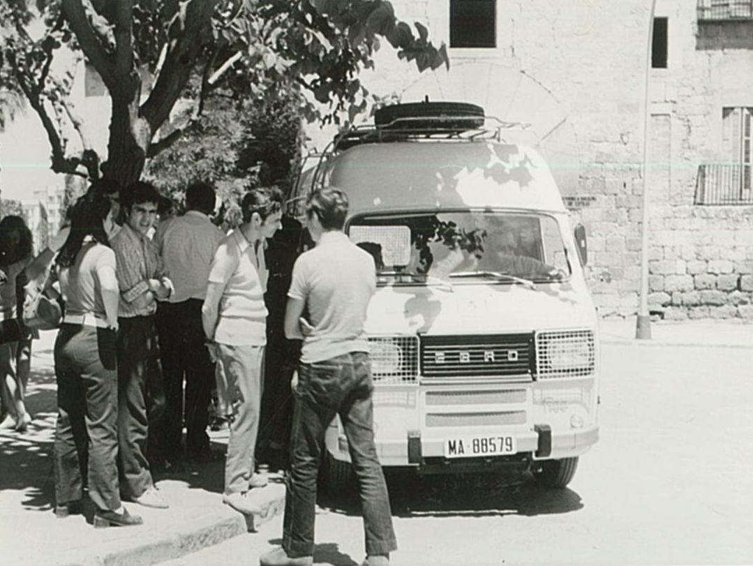 La furgoneta Ebro F100 retolada a mà, a punt de sortir de Sant Cugat