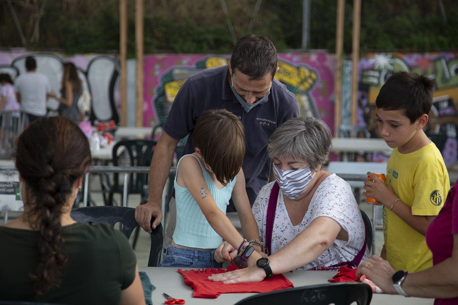 Taller: Transforma una samarreta en unna bossa a la FM Les Planes. FOTO: Anna Bassa
