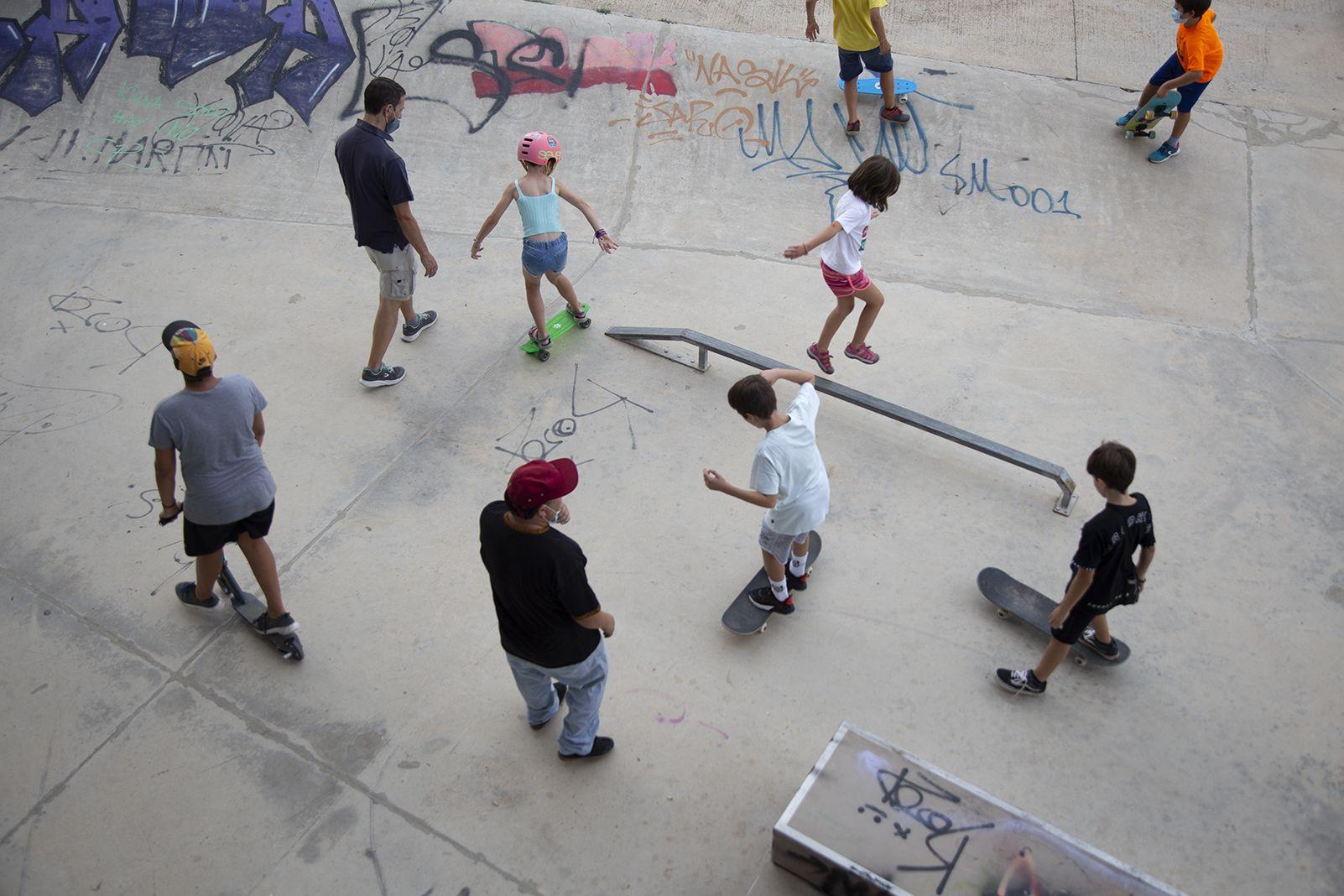 Taller de skate i patinet a la FM Les Planes. FOTO: Anna Bassa