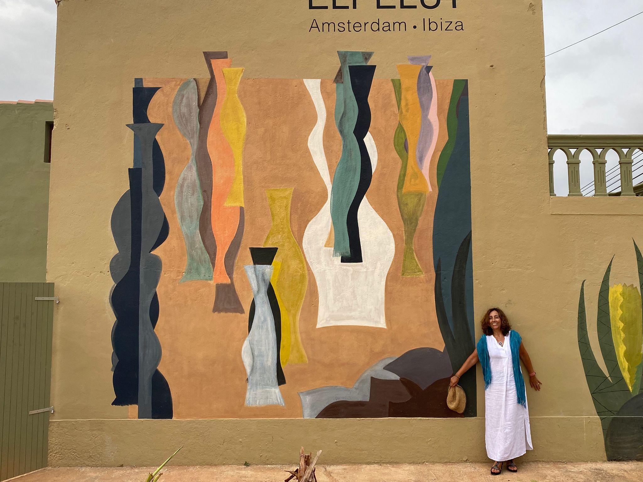 Amada Lasheras amb una de les seves obres. FOTO: Cedida